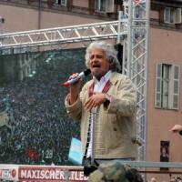 """Dalla polizia stop a Beppe Grillo. Casaleggio: """"Se vinciamo, via Napolitano ed elezioni"""""""