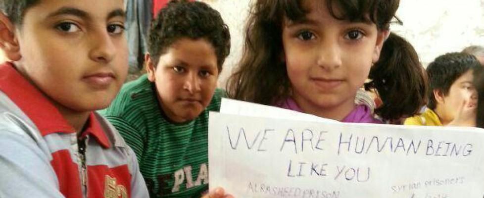 """""""Italiani, aiutateci, non siamo criminali"""": l'urlo dei bimbi in fuga dalla Siria"""