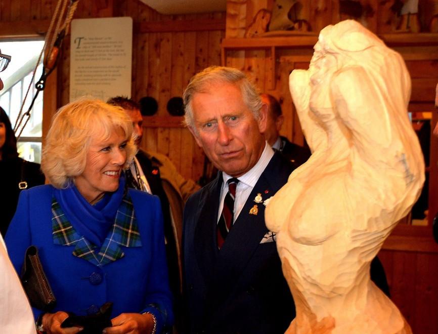 Il principe Carlo e la statua, lo scatto è malizioso