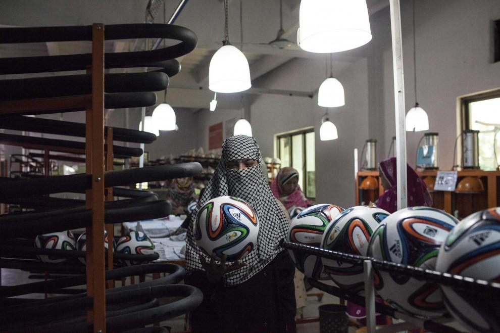 """L'""""officina"""" delle donne dove nascono i palloni del mondiale"""