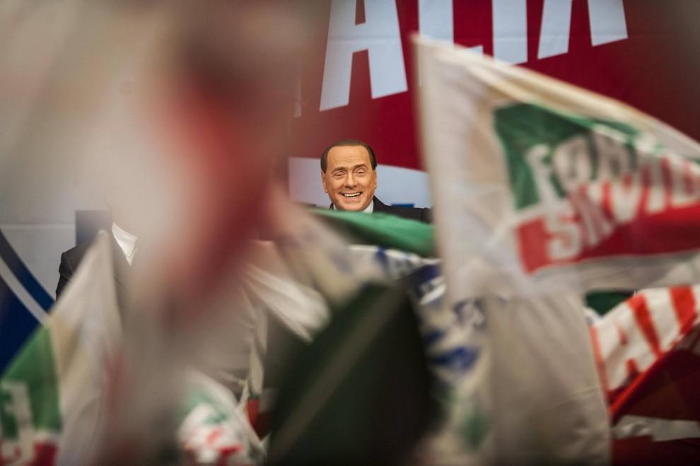 Renzi e Grillo scendono in piazza, Berlusconi al palazzo Congressi<br />