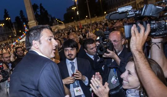 """Europee, Renzi a piazza del Popolo: """"Dobbiamo prendere anche i voti della destra"""""""