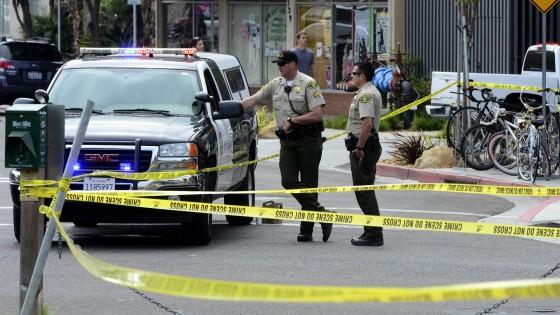 California, uomo spara dall'auto in corsa: è strage