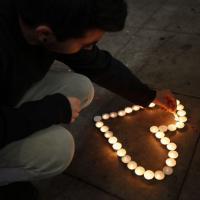 California, candele e preghiere: la fiaccolata per le vittime del killer