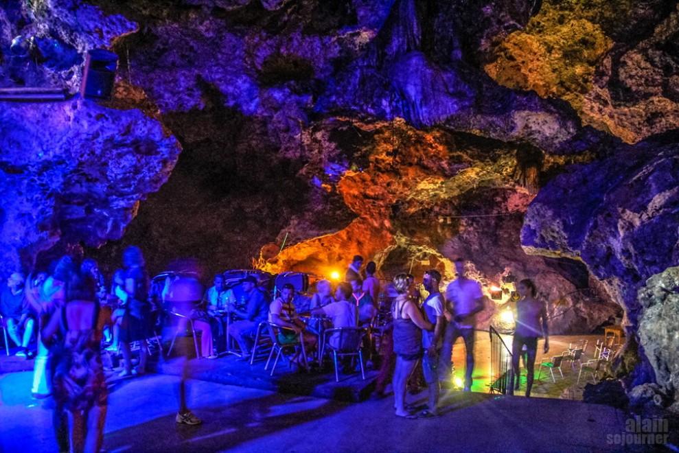 Cuba, la discoteca sottoterra: balli sfrenati nella caverna