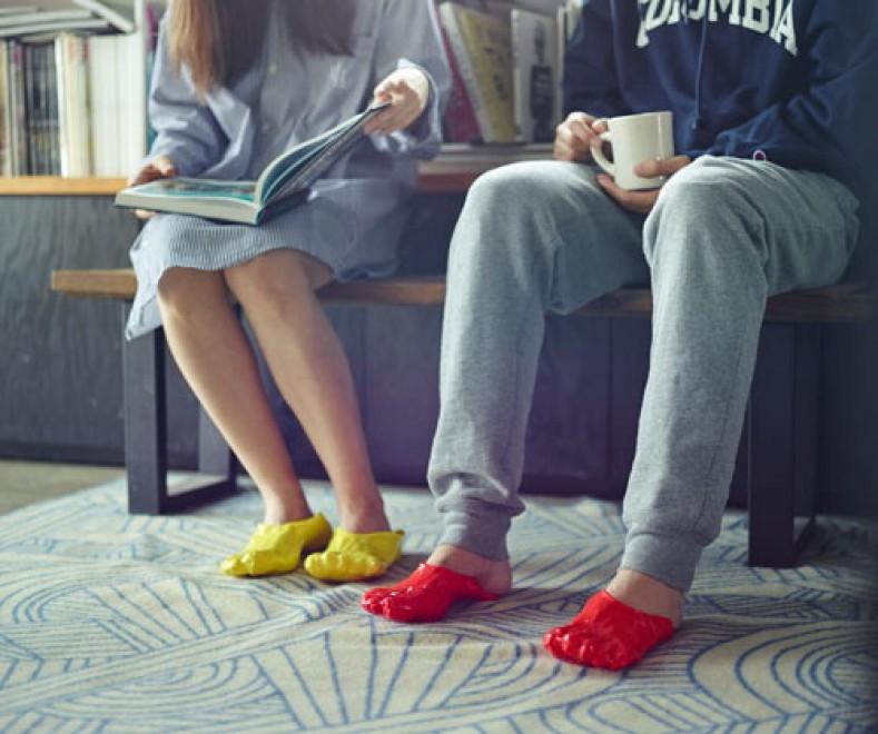 Giappone, la 'fonduta' di pantofole: scarpe di vinile su misura