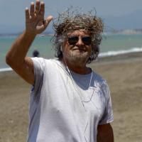 """Grillo in spiaggia: una corona di """"spine"""" per la sconfitta elettorale"""