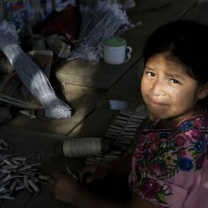 """Guatemala, dove i bambini """"giocano col fuoco"""" e rischiano la vita per fabbricare petardi"""