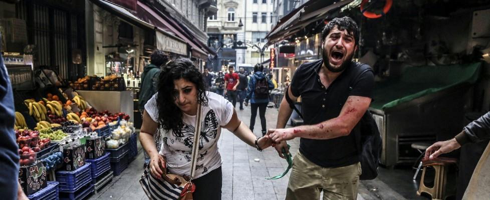 Turchia, tra i ribelli armati di libri contro i blindati