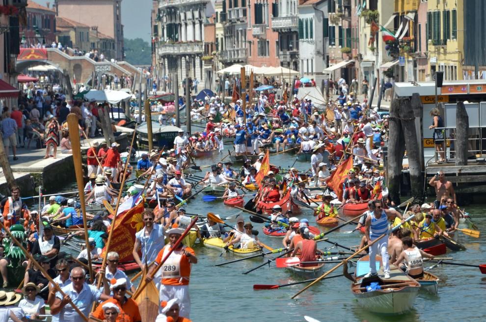 Venezia, in canoa nella laguna: il corteo della 40esima Vogalonga