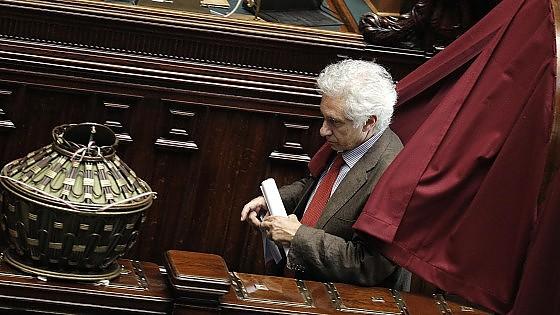 Caos riforme, 14 senatori Pd si autosospendono. Renzi: è un bivio, non lascio Paese in mano a Mineo