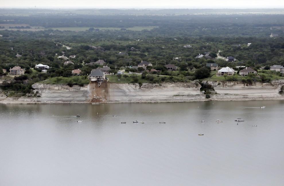 Usa la casa a picco sul lago il crollo e l 39 incendio for Costruire una casa sul lago