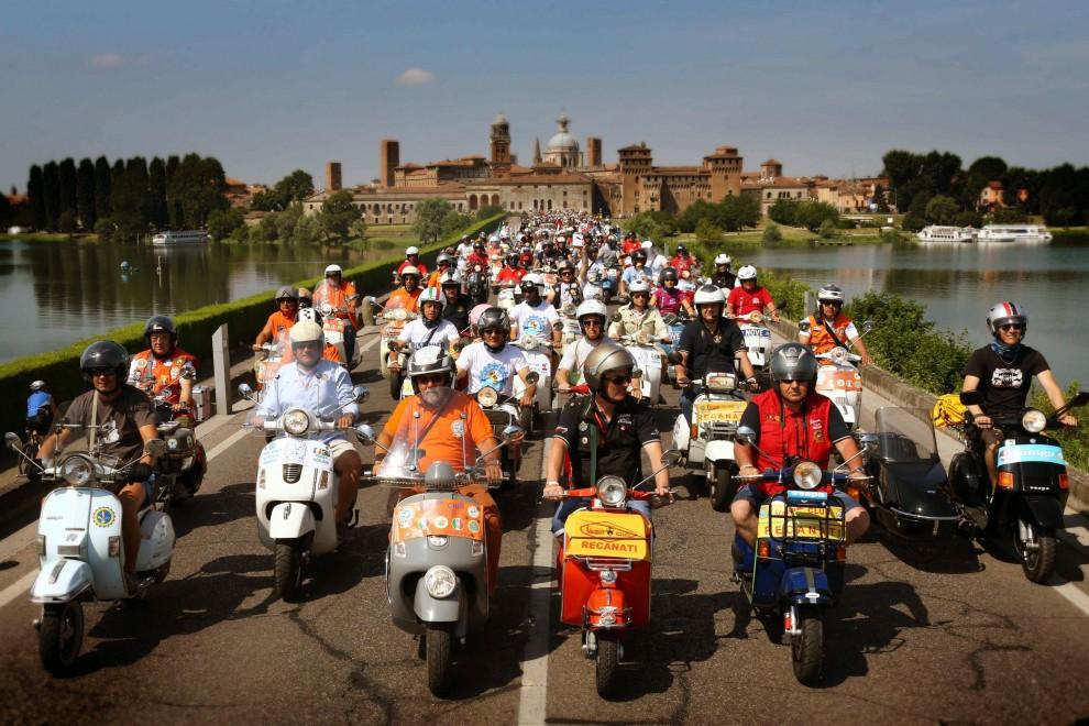 Mantova, 8 mila Vespa per il maxi raduno