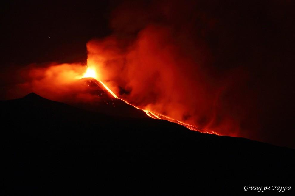 L'Etna non va a dormire: la colata è uno spettacolo