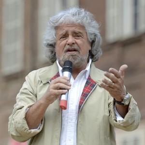 """Grillo: """"Chiudono altri giornali e l'Unità, evviva"""""""