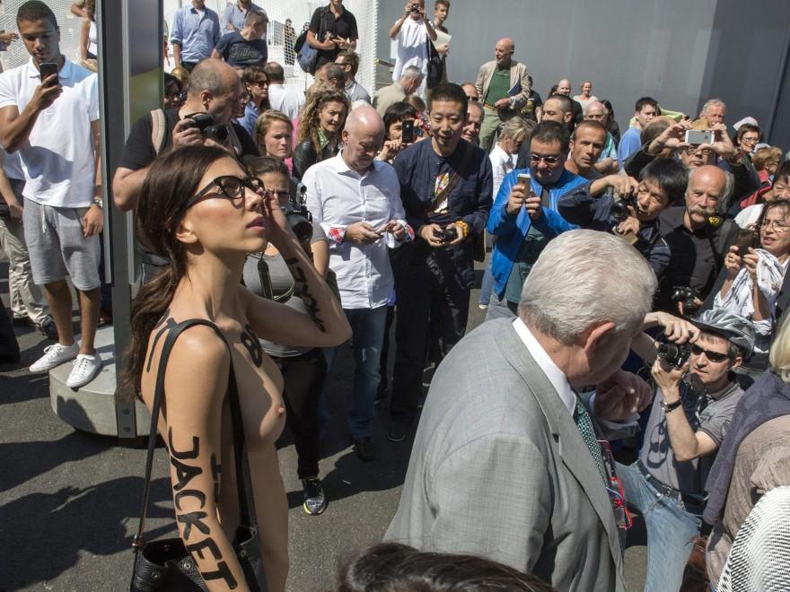 Provaci ancora Moirè, all'Art Basel la performance dell'artista del nudo