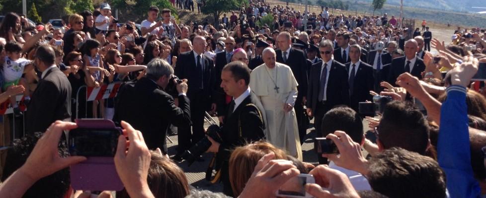 """Il Papa in Calabria scomunica la 'ndrangheta: """"È adorazione del male"""". In 200mila alla messa"""