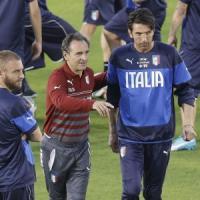 Italia, Prandelli cambia modulo: senza De Rossi difesa a 3