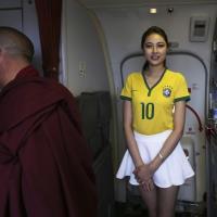 Brasile 2014, le hostess cinesi sfoggiano la divisa verdeoro