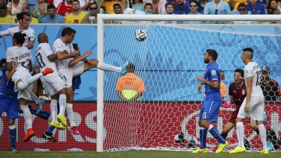 """Italia-Uruguay 0-1, azzurri a casa. Prandelli: ''Mi dimetto"""". Lascia anche Abete"""