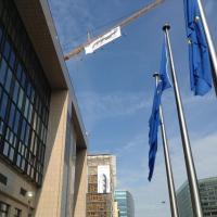 Vertice Ue, la protesta di Greenpeace: sospesi nel vuoto