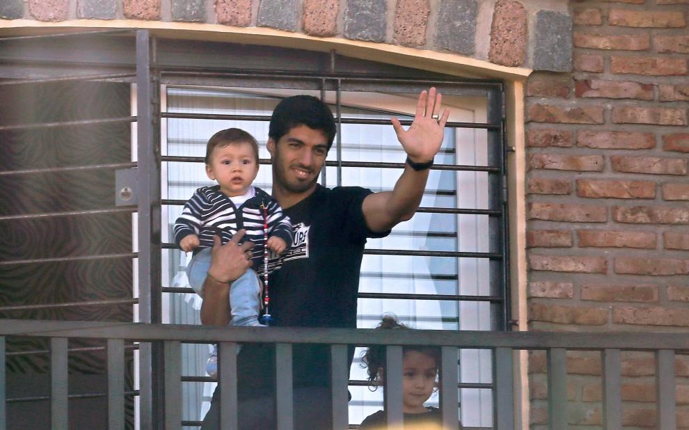 Brasile 2014, Suarez è a casa: il saluto ai tifosi dal balcone