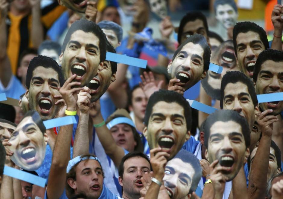 Brasile 2014, tifosi Uruguay con la maschera di Suarez