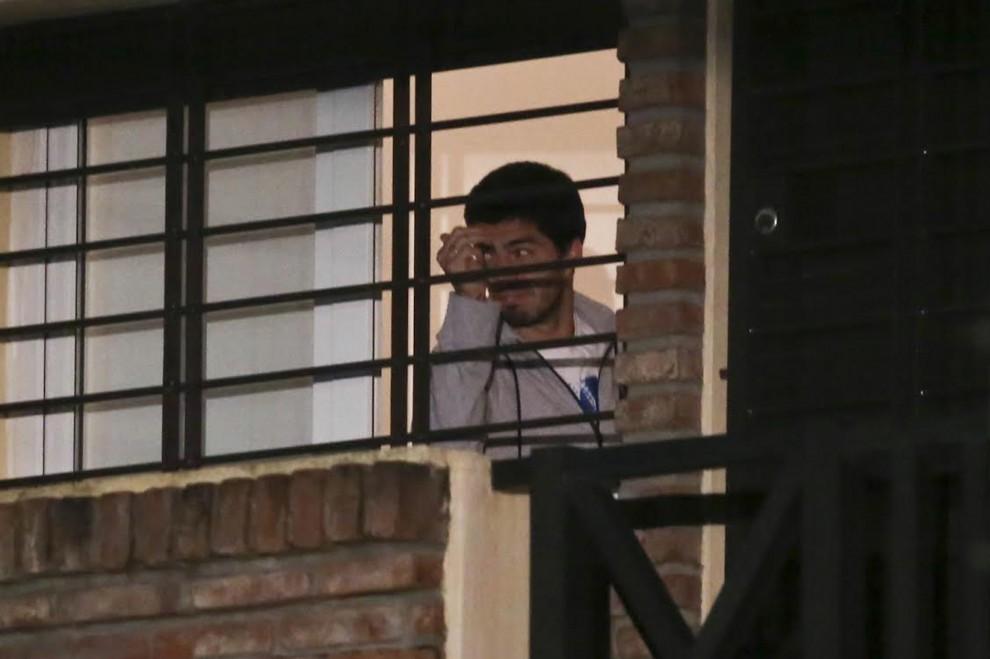 Si rivede Suarez: alla finestra di casa dopo il ko dell'Uruguay