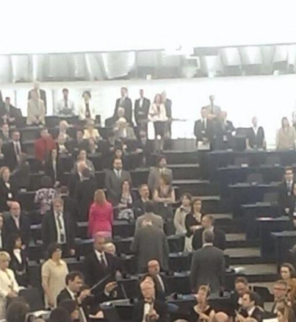 Europarlamento, Farage e l'Ukip voltano spalle durante inno
