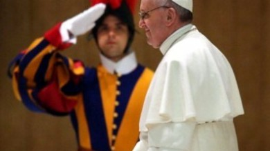 "Argentina, Papa Francesco scherza con le guardie svizzere: ""Sarà guerra!"""