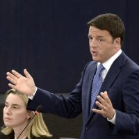 """Renzi a Strasburgo: """"Senza crescita, Ue non ha futuro"""". Duello col Ppe sul rigore: """"No a lezioni"""""""