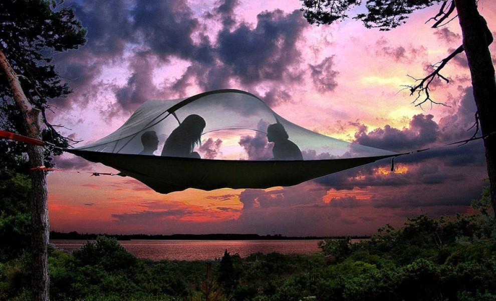 "Dormire in un ""UFO"": la tenda è sospesa"