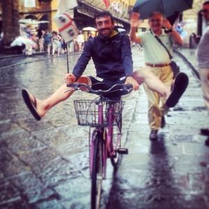 """In un anno il giro del mondo in bicicletta. """"Su due ruote per ascoltare le persone, alla ricerca di storie sostenibili"""""""
