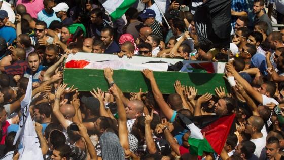 Bruciato vivo il ragazzo palestinese. Polemiche sul pestaggio di un suo cugino, protestano gli Usa