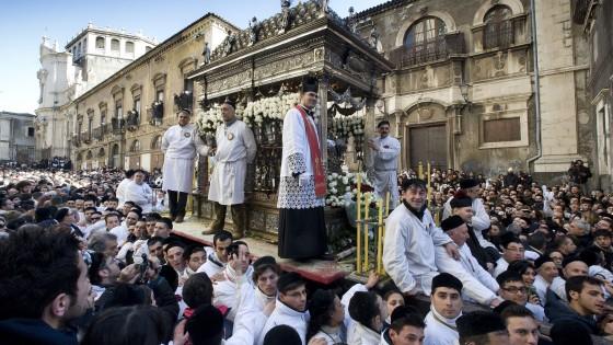 Quando la processione fa fuggire i sacerdoti
