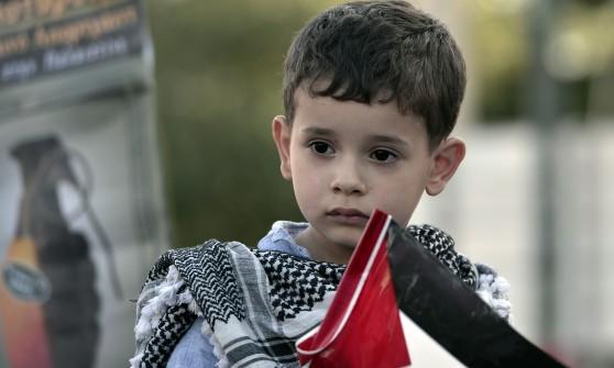 """Gaza, continuano raid israeliani: almeno 120 morti. Hamas: """"Pronti a combattere per mesi"""""""