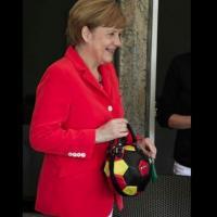 Il vezzo della Merkel: borsetta a forma di pallone
