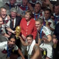 Coppa, birra e Merkel: la Germania festeggia negli spogliatoi