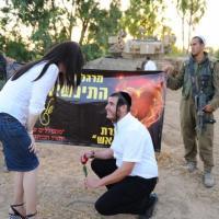 Striscia di Gaza, proposta di matrimonio sulla linea di confine