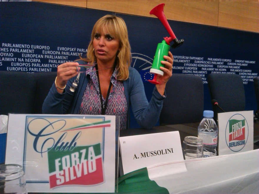 La Mussolini contro Schulz: tromba da stadio al Parlamento europeo