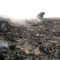 Ucraina, abbattuto volo della Malaysia Airlines: i resti del Boeing