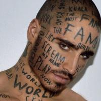 Parole a caso sulla pelle: i tatuaggi del modello canadese