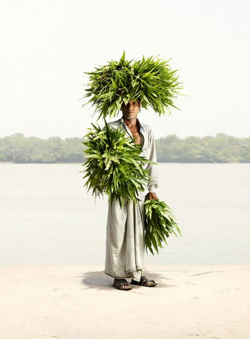 India, uomini che vendono fiori: star del mercato di Calcutta