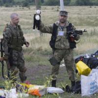 """MH17, l'Ucraina: """"Filorussi distruggono prove"""". Polemica su scatole nere. Kerry: """"Non ostacolate inchiesta"""""""
