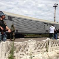 Mh17, i corpi delle vittime trasportati a Donetsk. Trovate scatole nere