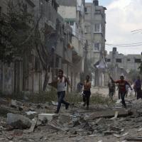 Gaza, strage a Sajaya: abitanti in strada con le bandiere bianche