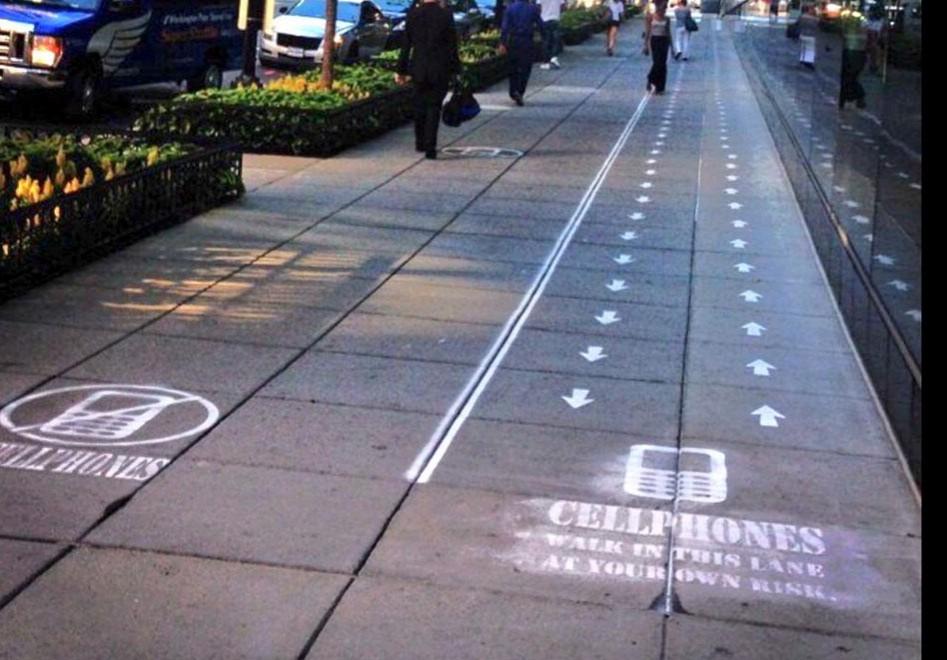 Usa, l'uso del cellulare divide il marciapiede in due: l'esperimento