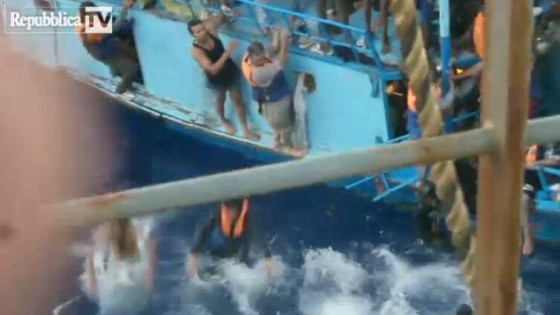 """I naufraghi superstiti: """"Barcone strapieno, ne sono annegati 180"""""""