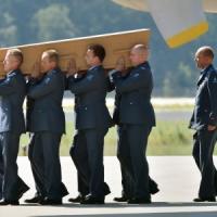 MH17, le salme delle vittime tornano in Olanda. Ribelli abbattono due caccia ucraini