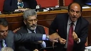 Scilipoti attacca Casini in aula Interviene Gasparri: ''Sedatelo''